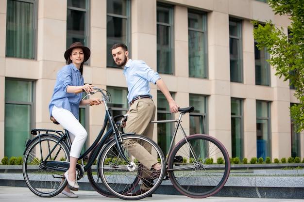 Cita romántica de una joven pareja en bicicleta