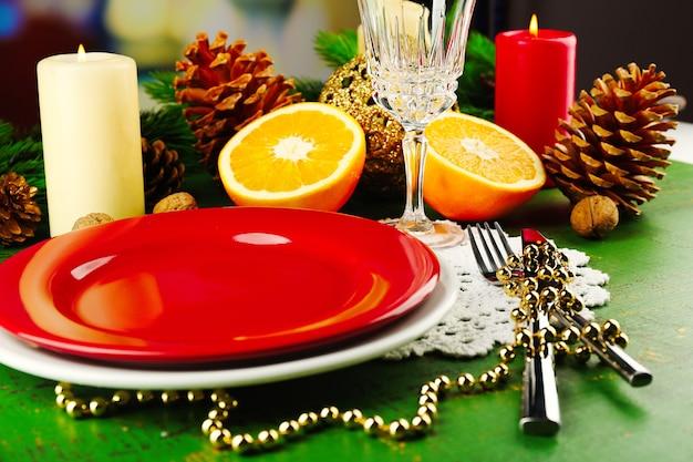Citas de mesa con piezas de naranja y superficie de decoración navideña