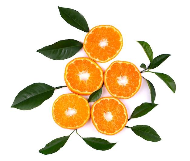 Cítricos aislados en blanco. frutas cítricas aisladas. pedazos de mandarina aislados en blanco, con trazado de recorte. vista superior.