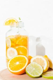 Cítricos y limonada en banco.