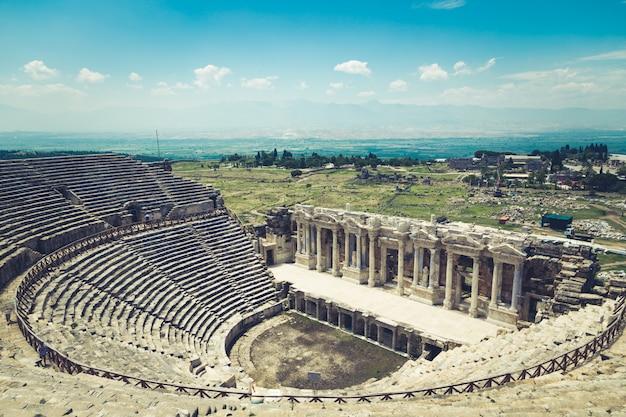 Ciudad antigua de hierápolis, pamukkale, turquía. la belleza fascinante y hermosa de los sitios históricos está aquí. hierápolis de frigia, denizli, turquía
