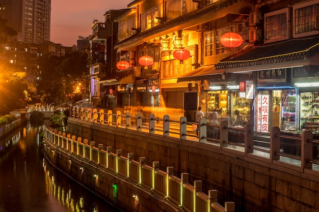 Ciudad asiática con farolillos y un rio