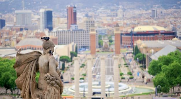 Ciudad de barcelona con fuentes y columnas, españa