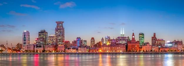 Ciudad comercial río urbano f