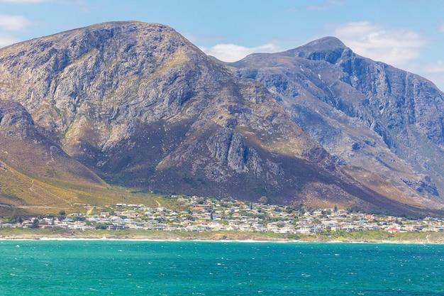 Ciudad costera de hermanus y hermosas montañas, sudáfrica