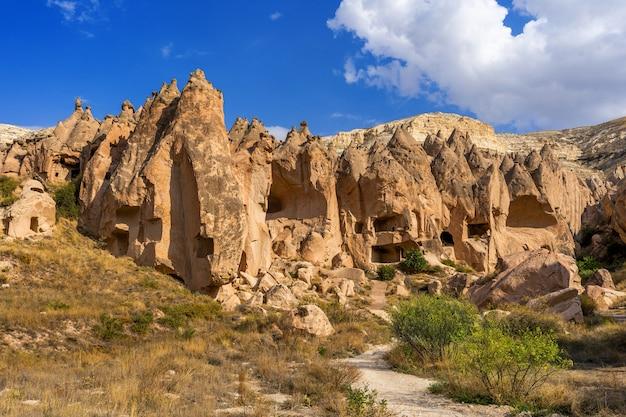Ciudad de la cueva en el valle de zelve, capadocia en turquía.