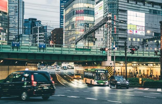 Ciudad en un día sombrío con tráfico y semáforo.