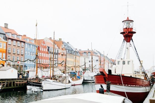 Ciudad frente al mar con barcos amarrados