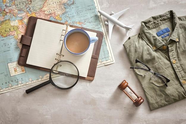 Ciudad de ho chi minh, vietnam - 22 de septiembre de 2018: fondo de planificación de vacaciones de verano. preparar cosas turísticas para un viaje.