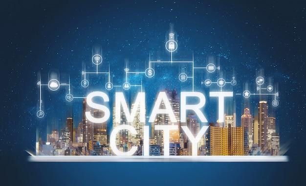 Ciudad inteligente y tecnología de la construcción. edificios de realidad aumentada con medios en línea y íconos de aplicaciones de red en tableta digital