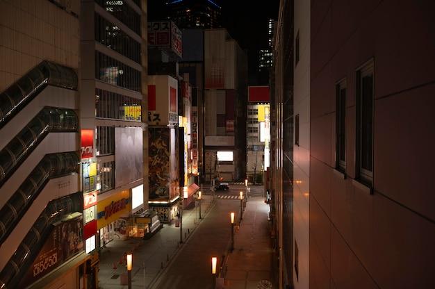 Ciudad de japón con calle vacía y luces.