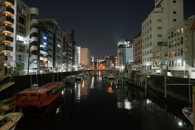 Ciudad de japón en la noche con río.