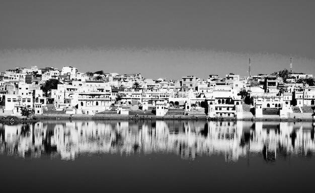 La ciudad y el lago santos de brahman temprano en la mañana, pushkar, rajasthán, la india.