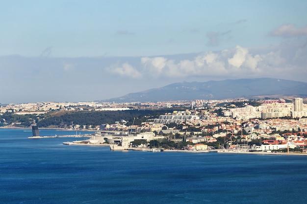 Ciudad de lisboa con orilla del mar