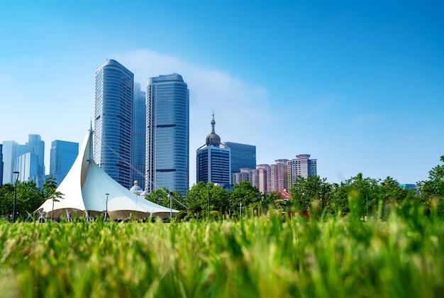 Ciudad moderna desde un campo de hierba