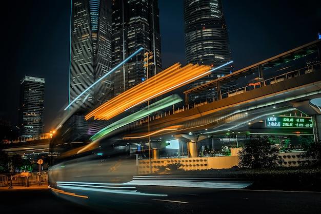 Ciudad moderna de noche con efecto de movimiento de larga exposición.