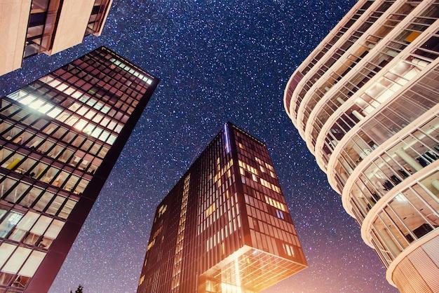 Ciudad de noche dusseldorf. alemania.