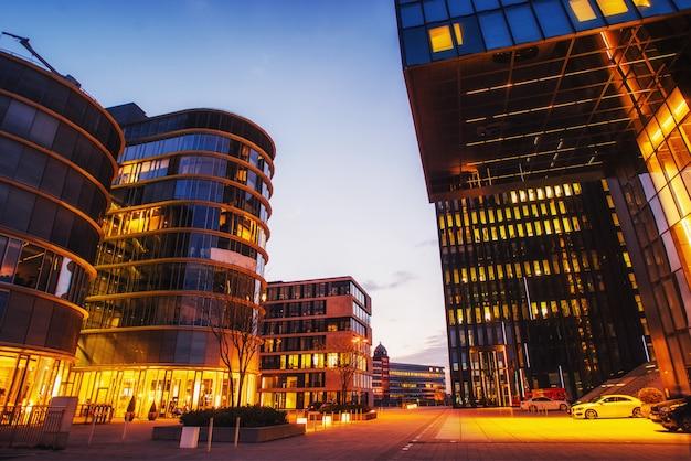 Ciudad de noche dusseldorf. hotel hyatt. alemania.