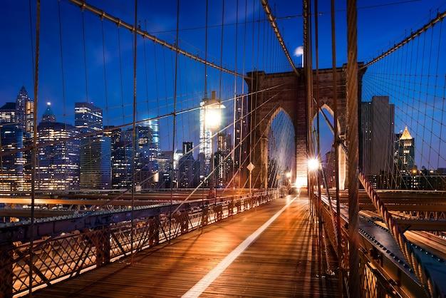 La ciudad de nueva york, ee.uu., temprano en la mañana en el famoso puente de brooklyn