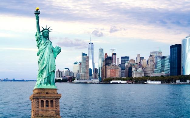 Ciudad de nueva york con la estatua de la libertad