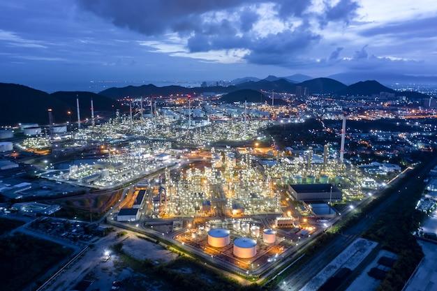 La ciudad y el paisaje de crepúsculo ven refinería de petróleo y glp en tailandia