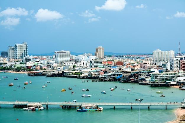 Ciudad de pattaya y puerto de muelle y estacionamiento en el muelle de bali hai