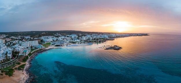 Ciudad de protaras al atardecer en chipre