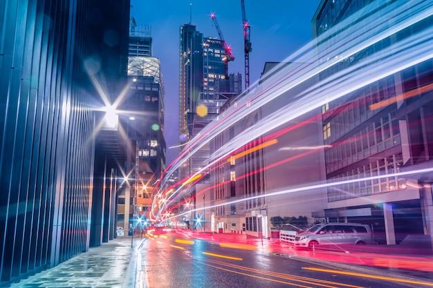 Ciudad con senderos de luces de transporte