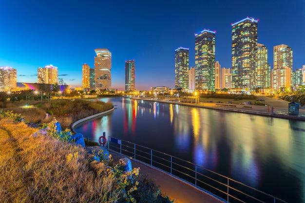 Ciudad de seúl con hermoso en la noche, parque central en el distrito comercial internacional de songdo, incheon corea del sur.