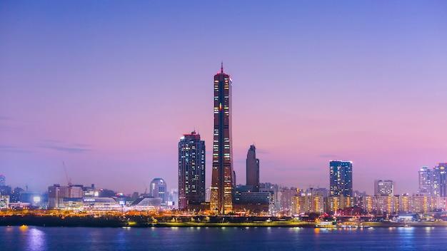 Ciudad de seúl en la noche y rascacielos, yeouido después del atardecer, corea del sur.