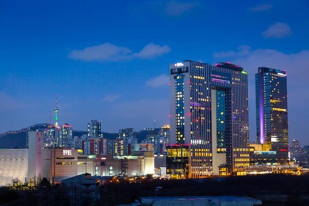 La ciudad de seúl en la noche