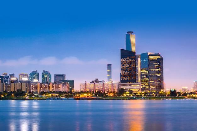 Ciudad de seúl y rascacielos, yeouido en la noche, corea del sur.