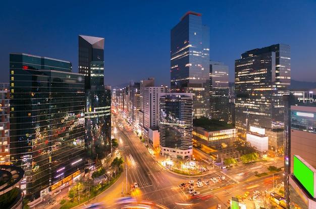 Ciudad de seúl skyling y rascacielos y tráfico en la intersección niaht en gangnam, corea del sur.