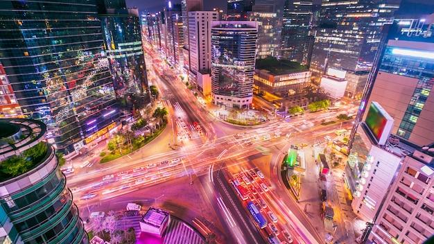 La ciudad de seúl y el tráfico en la intersección niaht en gangnam, corea del sur.