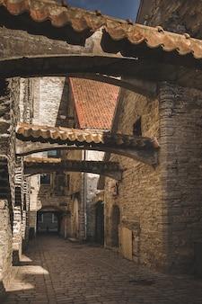 La ciudad de tallin, estonia, el antiguo y famoso katarina lane en el centro de la ciudad vieja