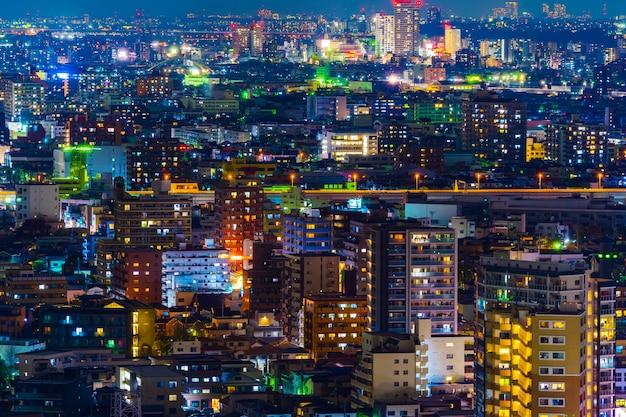 Ciudad de tokio en la noche, vista desde la terraza del observatorio tower hall funabori