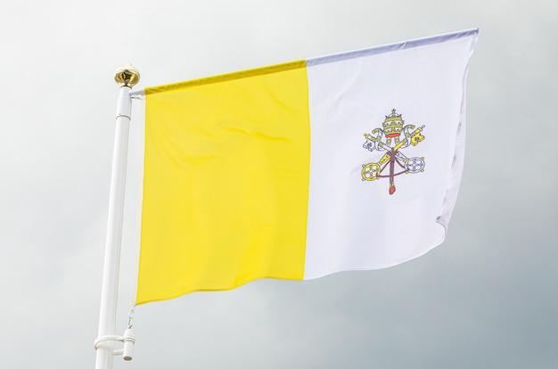 Ciudad del vaticano bandera ondeando en el viento