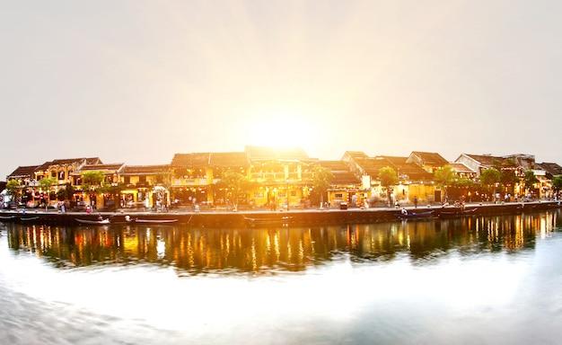 Ciudad vieja de hoi an, una hermosa y colorida noche en vietnam.