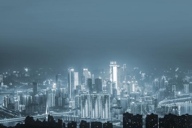 Ciudad vista desde lejos en tonos grises