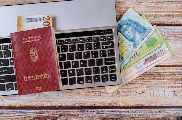 Ciudadanía de viaje pasaportes húngaros con billetes de dinero de billetes de florín húngaro