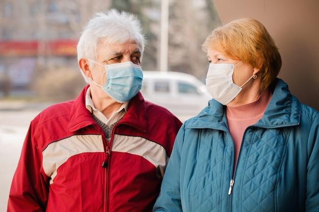 Ciudadanos mayores con máscaras protectoras