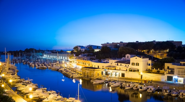 Ciutadella en menorca, españa - 30 de junio de 2018: vista del puerto viejo durante la hora azul