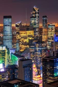 Ckoseup escena superior del paisaje urbano de la ciudad de nueva york en el bajo manhattan en el momento del crepúsculo, horizonte del centro de ee. uu., arquitectura y construcción de rascacielos