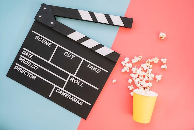 Claqueta de cine con caja de palomitas