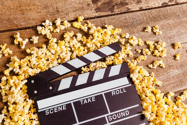 Claqueta de cine y palomitas de maíz