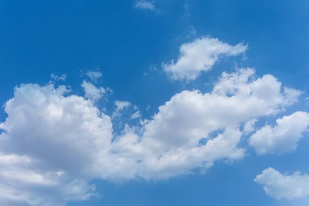 Claro alto cielo blanco nublado
