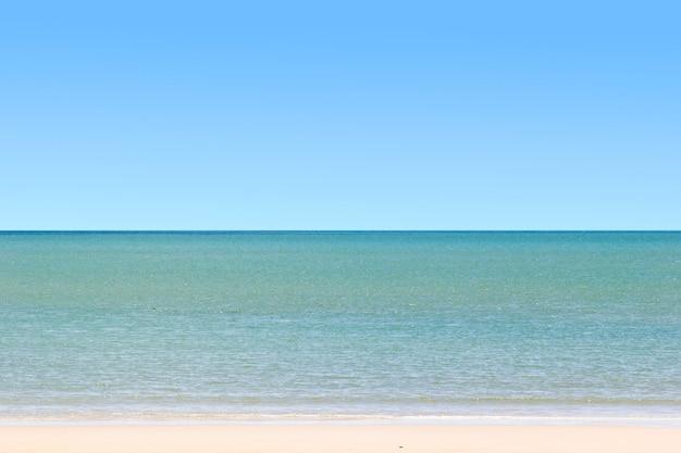 Claro cielo azul y el mar