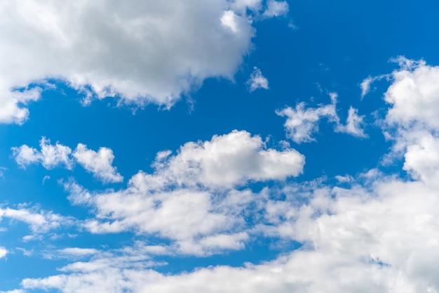Claro cielo azul con nubes blancas, fondo