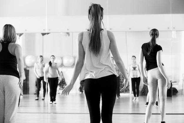 Clase de baile para mujeres en blanco y negro