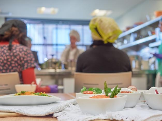 Clase de cocina vegetariana, mesa con cuencos de patés de verduras en primer plano